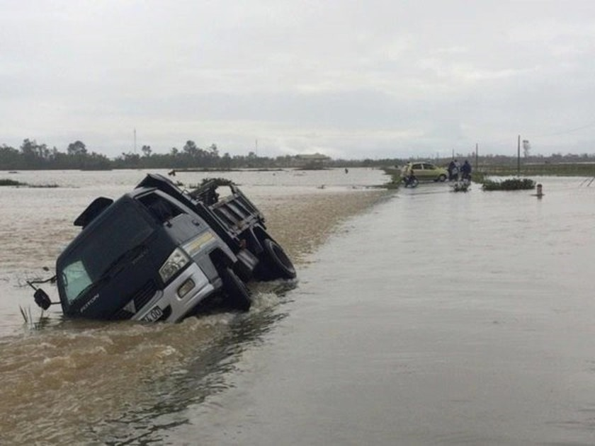 Downpour & flooding cause at least six dead & missing ảnh 1