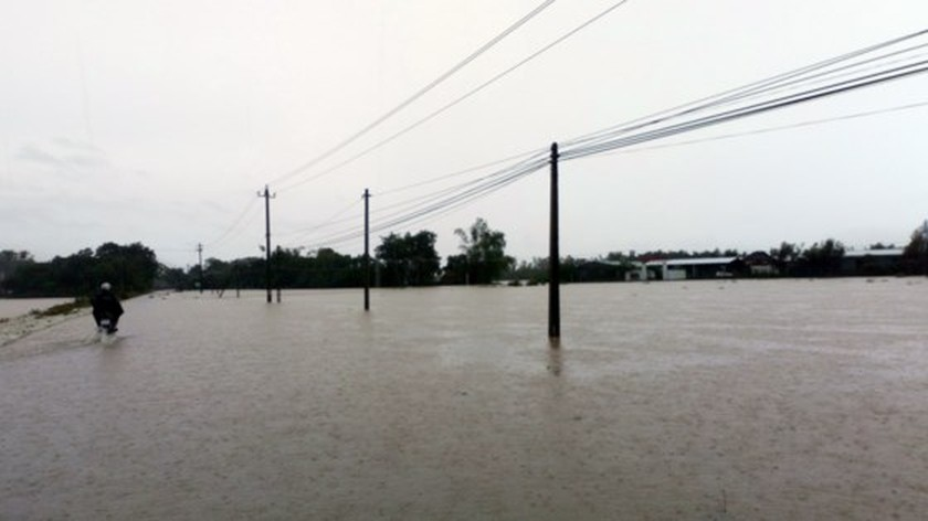 Ten thousands of houses in Binh Dinh isolated due to flooding  ảnh 2