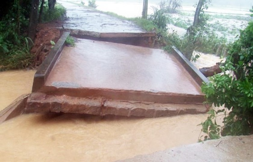 Ten thousands of houses in Binh Dinh isolated due to flooding  ảnh 4