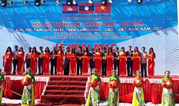 Fair of trade & tourism for development triangle area opens  ảnh 1