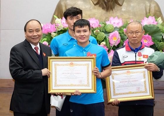 PM Nguyen Xuan Phuc meets Vietnam U-23 football team  ảnh 1
