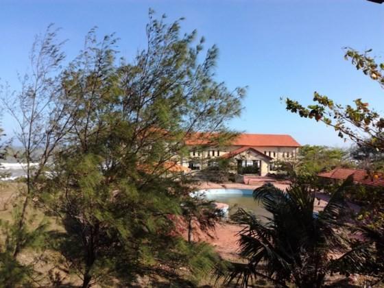 Resorts, restaurants abandoned after stop of Ke Ga seaport project ảnh 4