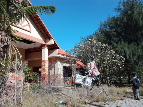 Resorts, restaurants abandoned after stop of Ke Ga seaport project ảnh 7