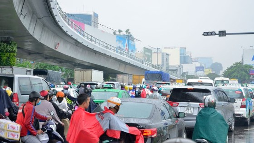 Badly traffic jam in streets leading to Tan Son Nhat Airport ảnh 6