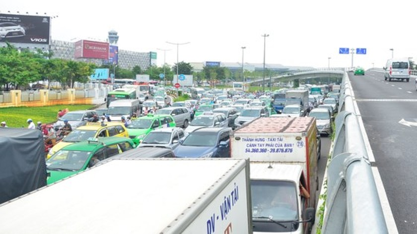 Badly traffic jam in streets leading to Tan Son Nhat Airport ảnh 7