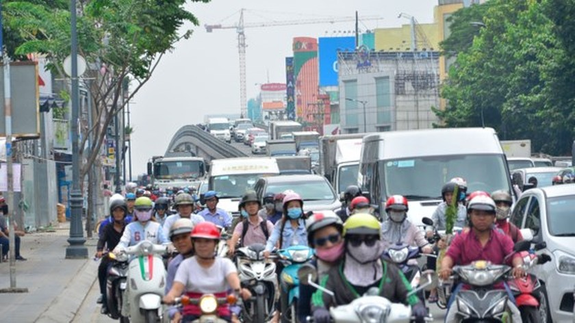 Badly traffic jam in streets leading to Tan Son Nhat Airport ảnh 11