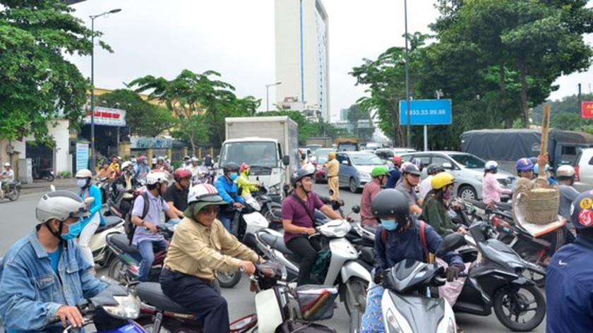 Badly traffic jam in streets leading to Tan Son Nhat Airport ảnh 3