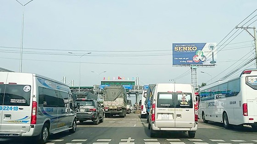 Drivers continue fierce opposition to newly re-opened BOT tollbooth ảnh 1