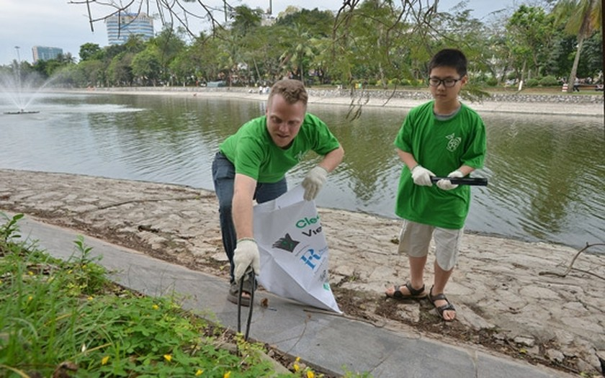 U.S. Ambassador & 1,000 volunteers join environmental protection ảnh 2