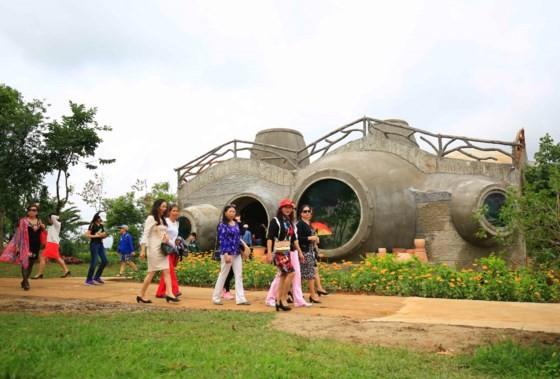 Da Lat's red maple tourist area opens ảnh 2