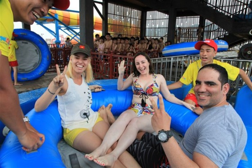 Visitors flock to water park in Halong due to heat wave ảnh 2