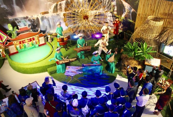 900 international visitors visit Vietnam Exhibition House ảnh 1