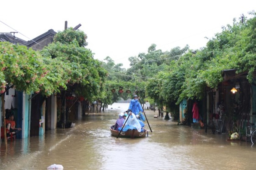 Flooding occurs in Hoian ancient city ảnh 3