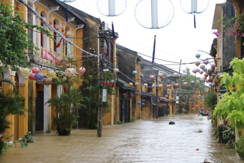 Flooding occurs in Hoian ancient city ảnh 6