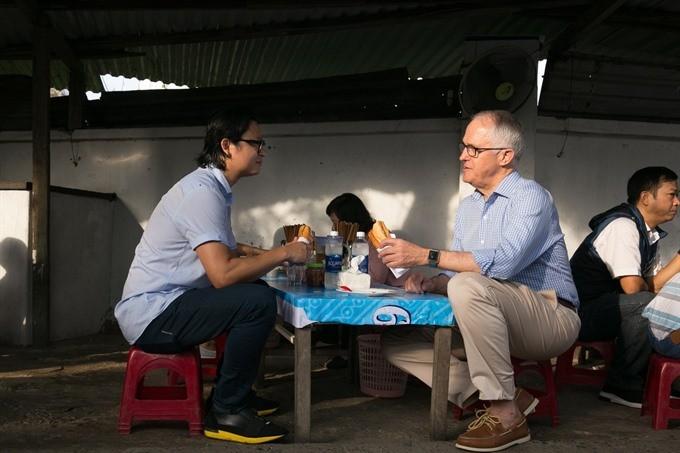 Australian Prime Minister enjoys his first 'Bánh mì' in Danang ảnh 1