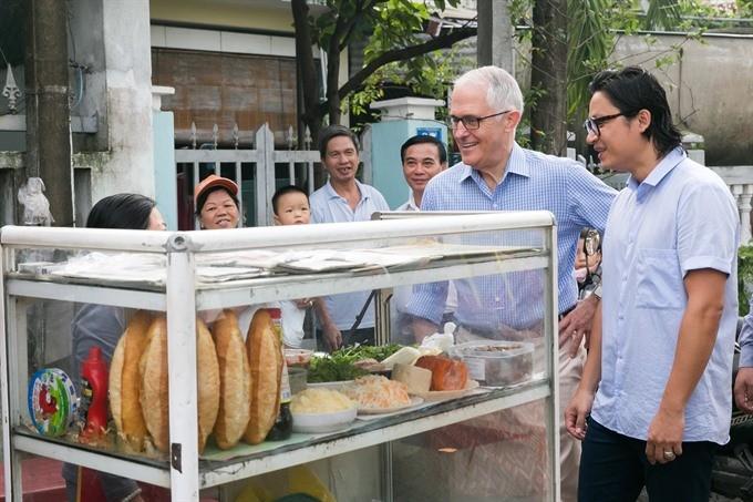 Australian Prime Minister enjoys his first 'Bánh mì' in Danang ảnh 2