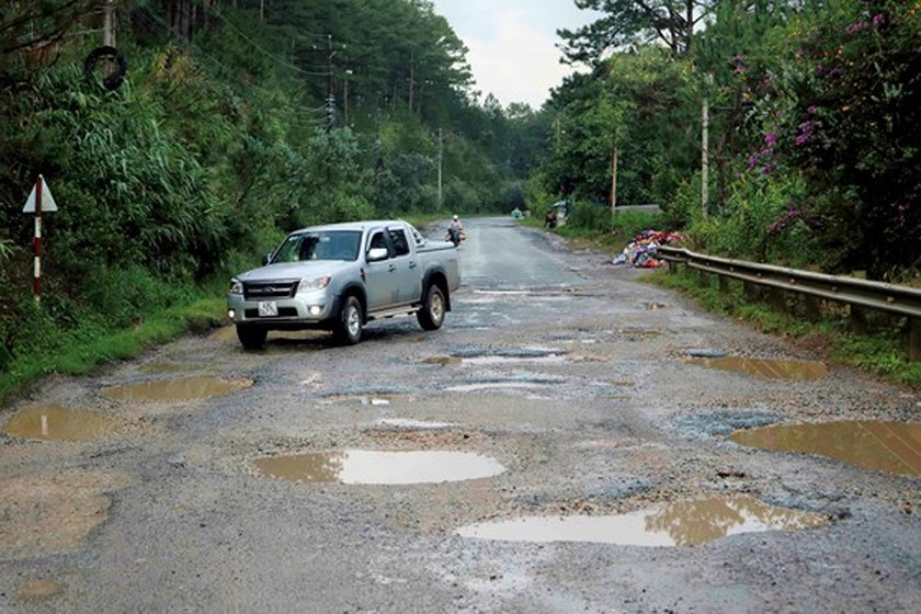 Lam Dong spends VND 550mln to repair Mimosa Mountain Pass's road surfaces ảnh 1