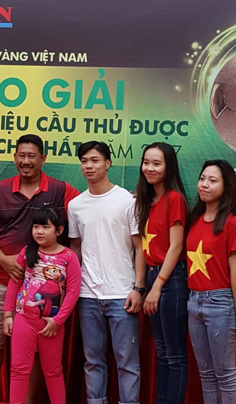 Striker Nguyen Cong Phuong meets football fans in HCMC ảnh 5