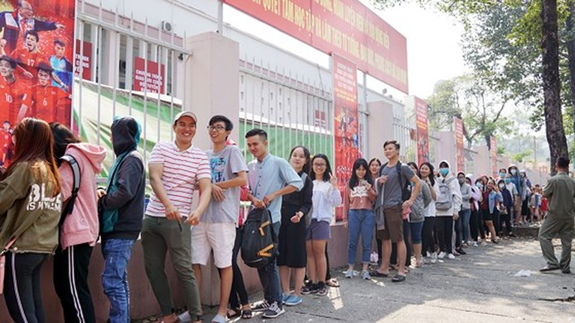 Fans queue up for U23 meeting tickets ảnh 3