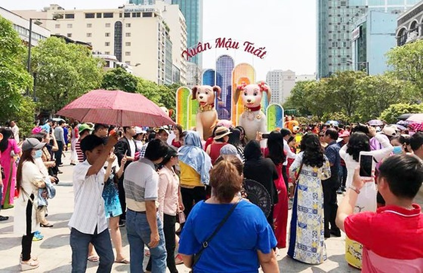 Visitors experience bustle in City Center ảnh 1