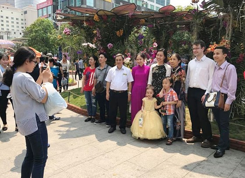 Visitors experience bustle in City Center ảnh 4