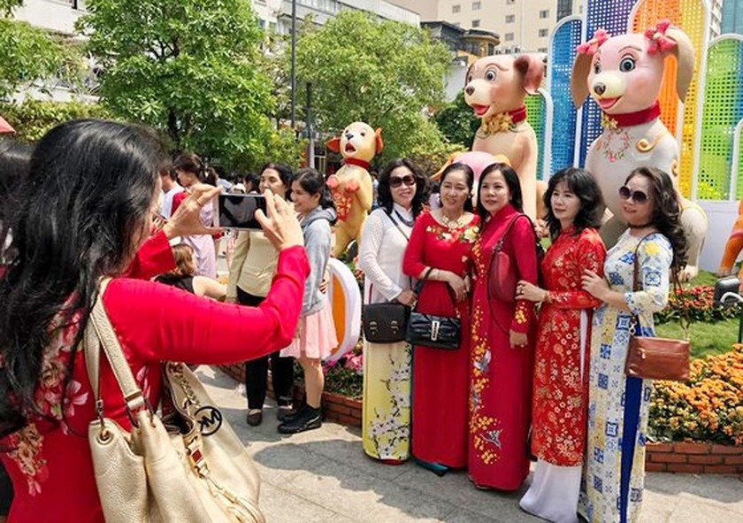 Visitors experience bustle in City Center ảnh 6