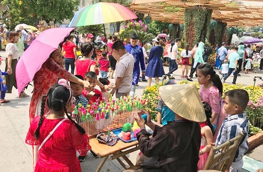 Visitors experience bustle in City Center ảnh 5