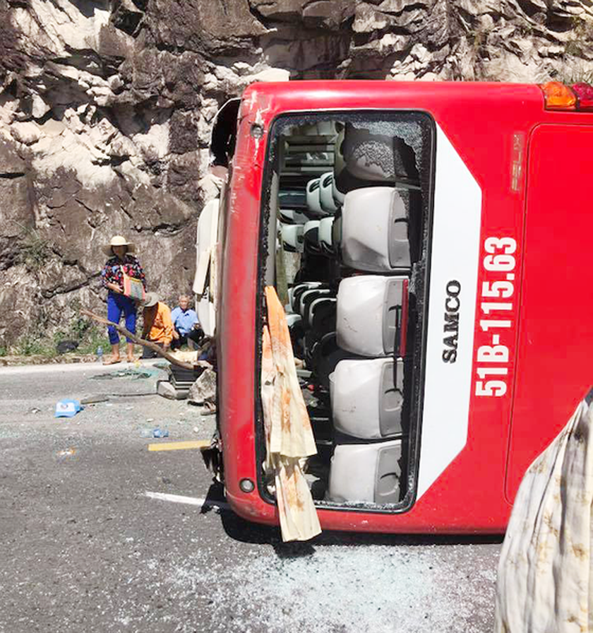 Traffic accident at Khanh Le Mountain pass kills 2, dozens injure  ​ ảnh 1
