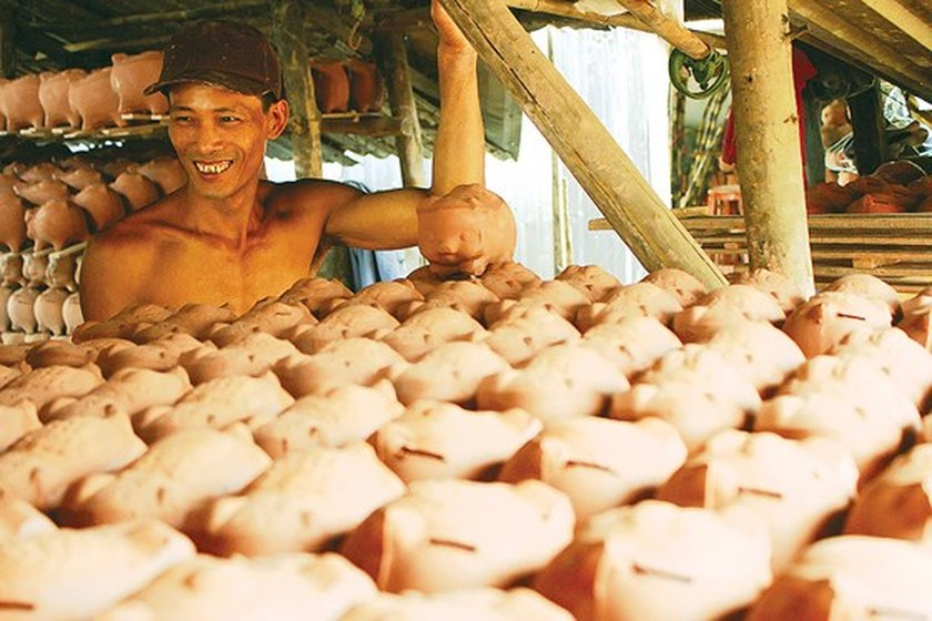 Craft village of making ceramic piggy banks in Binh Duong ảnh 3