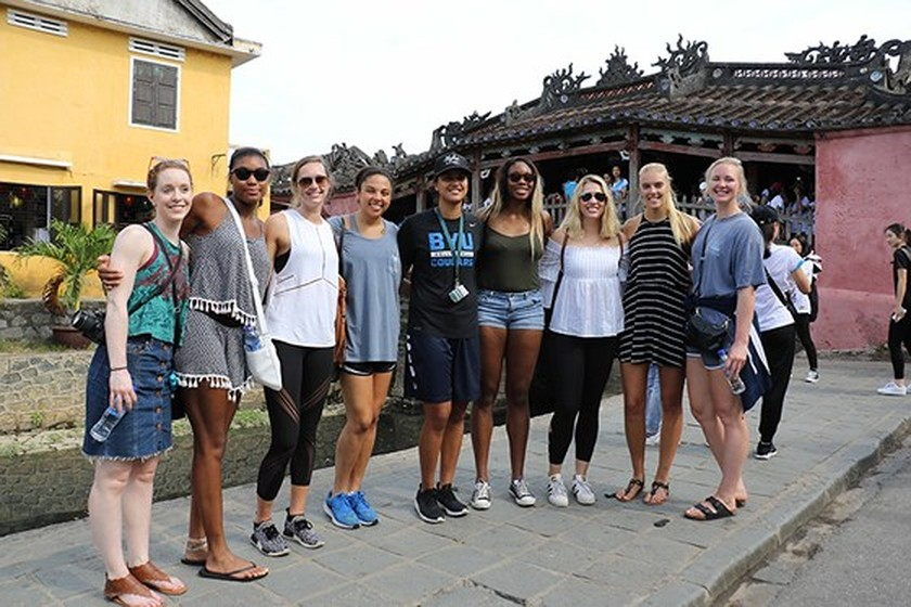 VNese & In't volleyball players tour Hoian ảnh 5