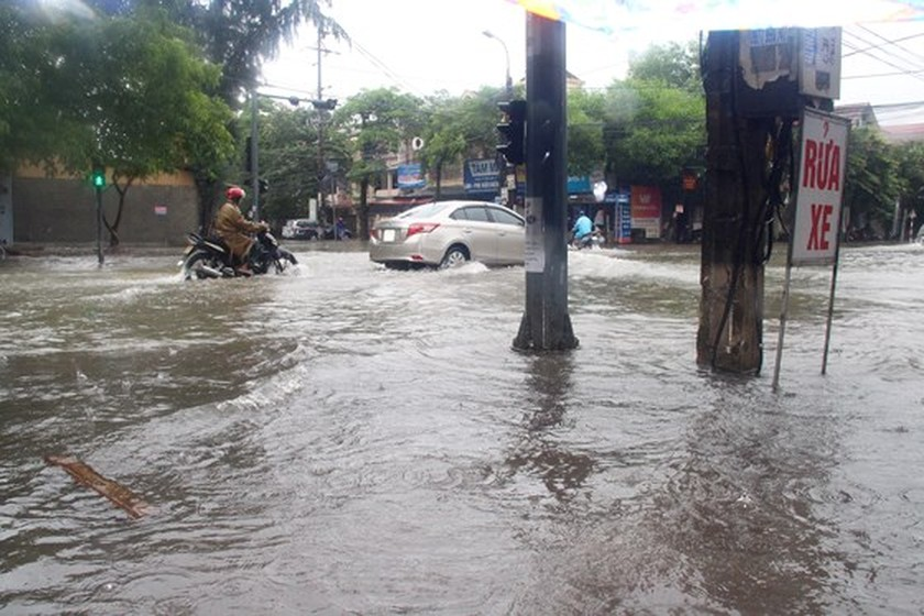 VIDEO: Heavy rains flood Ha Tinh streets ảnh 3