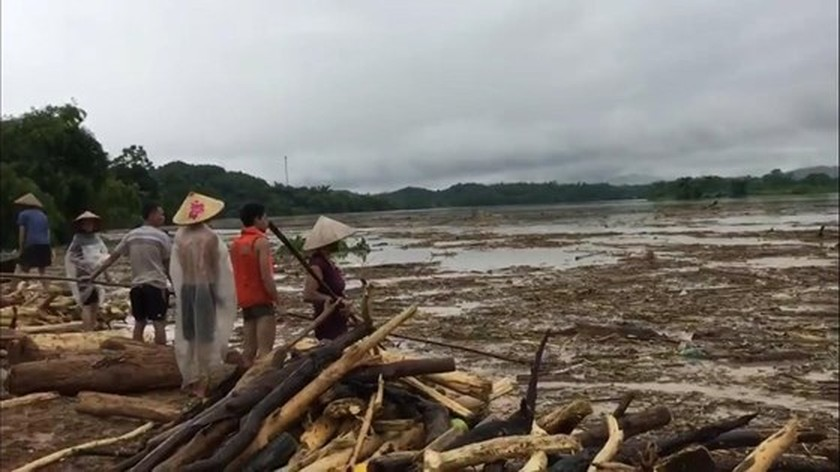 28 dead & missing in flash floods after storm Son Tinh ảnh 1