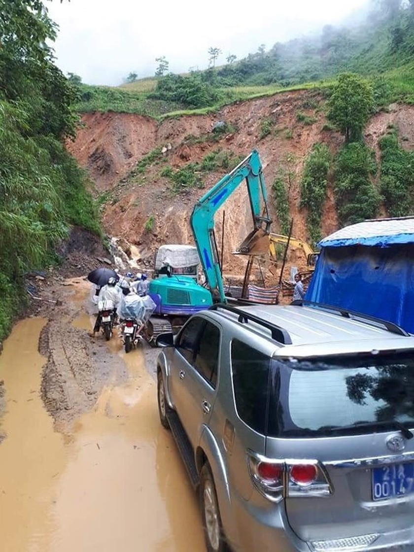 28 dead & missing in flash floods after storm Son Tinh ảnh 2