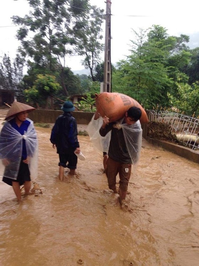 28 dead & missing in flash floods after storm Son Tinh ảnh 3