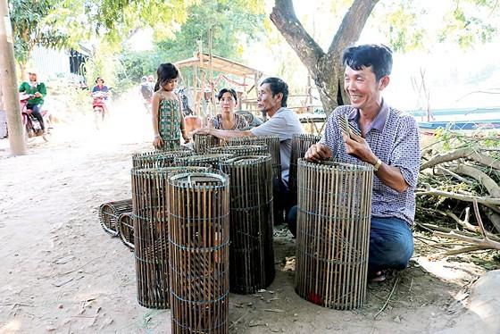 Mekong farmers earn money on early flooding season ảnh 3
