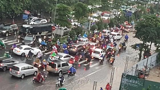 Cold spell hits Hanoi, causing heavy rains & traffic congestion ảnh 1