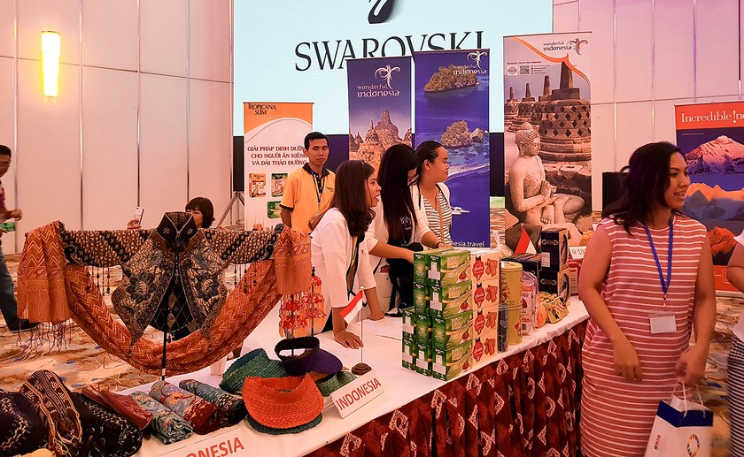 International Charity Bazaar 2018 attracts thousands of visitors ảnh 2