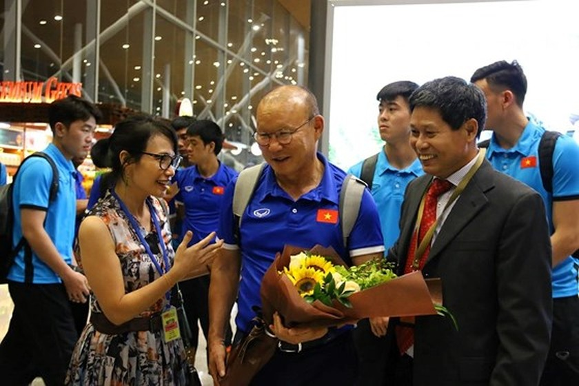 Vietnam's football team arrives in Kuala Lumpur for first leg-finals ảnh 1