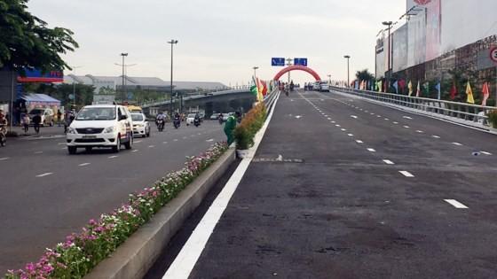 Thông xe cầu vượt cửa ngõ Tân Sơn Nhất ảnh 1