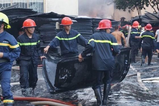 5 giờ chống chọi đám cháy kinh hoàng tại nhà xưởng rộng 3.000m² ở Bình Chánh ảnh 19