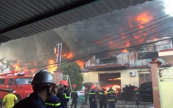 5 giờ chống chọi đám cháy kinh hoàng tại nhà xưởng rộng 3.000m² ở Bình Chánh ảnh 26