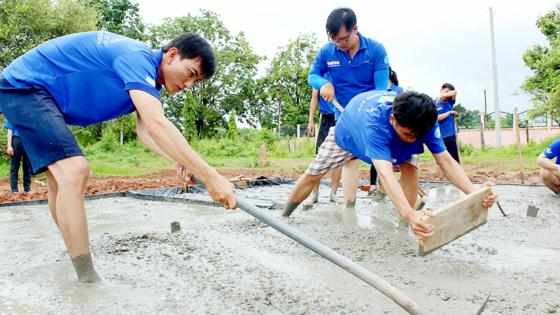 Sức trẻ tình nguyện trên đất bạn Lào ảnh 4