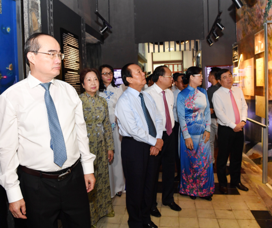 Lãnh đạo TPHCM dâng hương tưởng nhớ Chủ tịch Tôn Đức Thắng ảnh 2