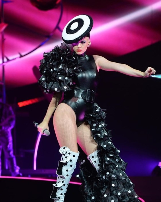 Sau Rihanna, Katy Perry diện thiết kế của Công Trí trong tour diễn thế giới ảnh 2
