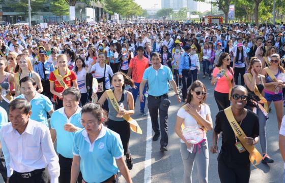 Thí sinh Hoa hậu Hòa bình Thế giới 2017 đi bộ và trồng cây tại Phú Mỹ Hưng ảnh 1