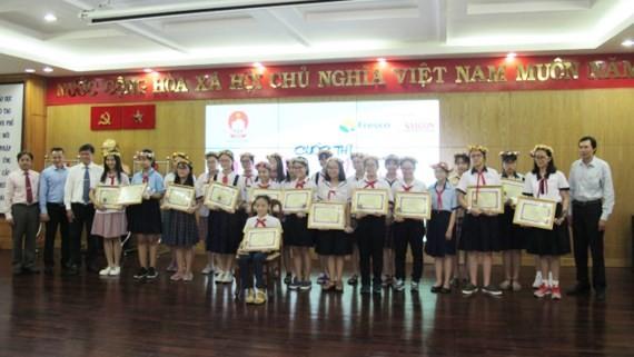Các thí sinh nhận giải thưởng