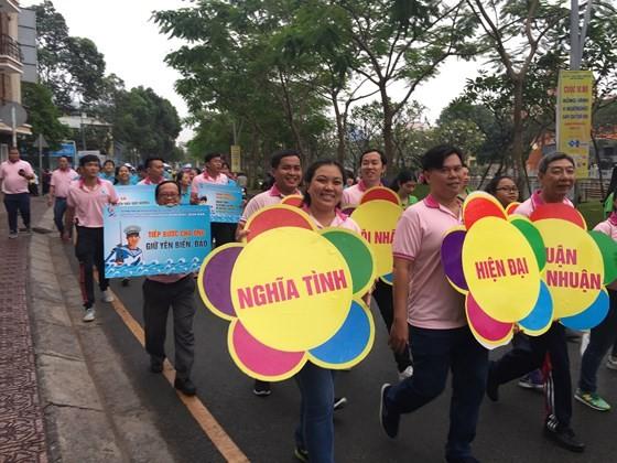 Hơn 4.000 người đi bộ vì người nghèo ảnh 3