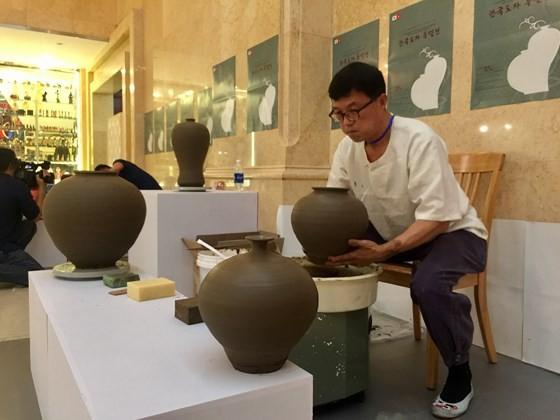 Ngỡ ngàng với các tác phẩm gốm sứ truyền thống của Hàn Quốc ảnh 3