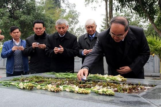 Bí thư Thành ủy TPHCM dâng hương tưởng niệm tại Khu di tích Đại thi hào Nguyễn Du ảnh 2
