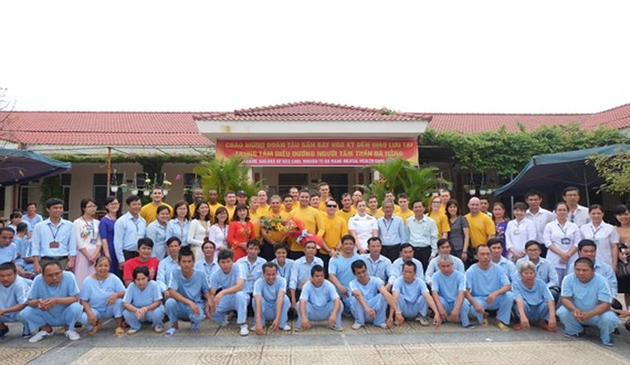 Các thuỷ thủ tàu USS Carl Vinson chụp ảnh lưu niệm với cán bộ và bệnh nhân Trung tâm nuôi dưỡng người tâm thần tại Đà Nẵng